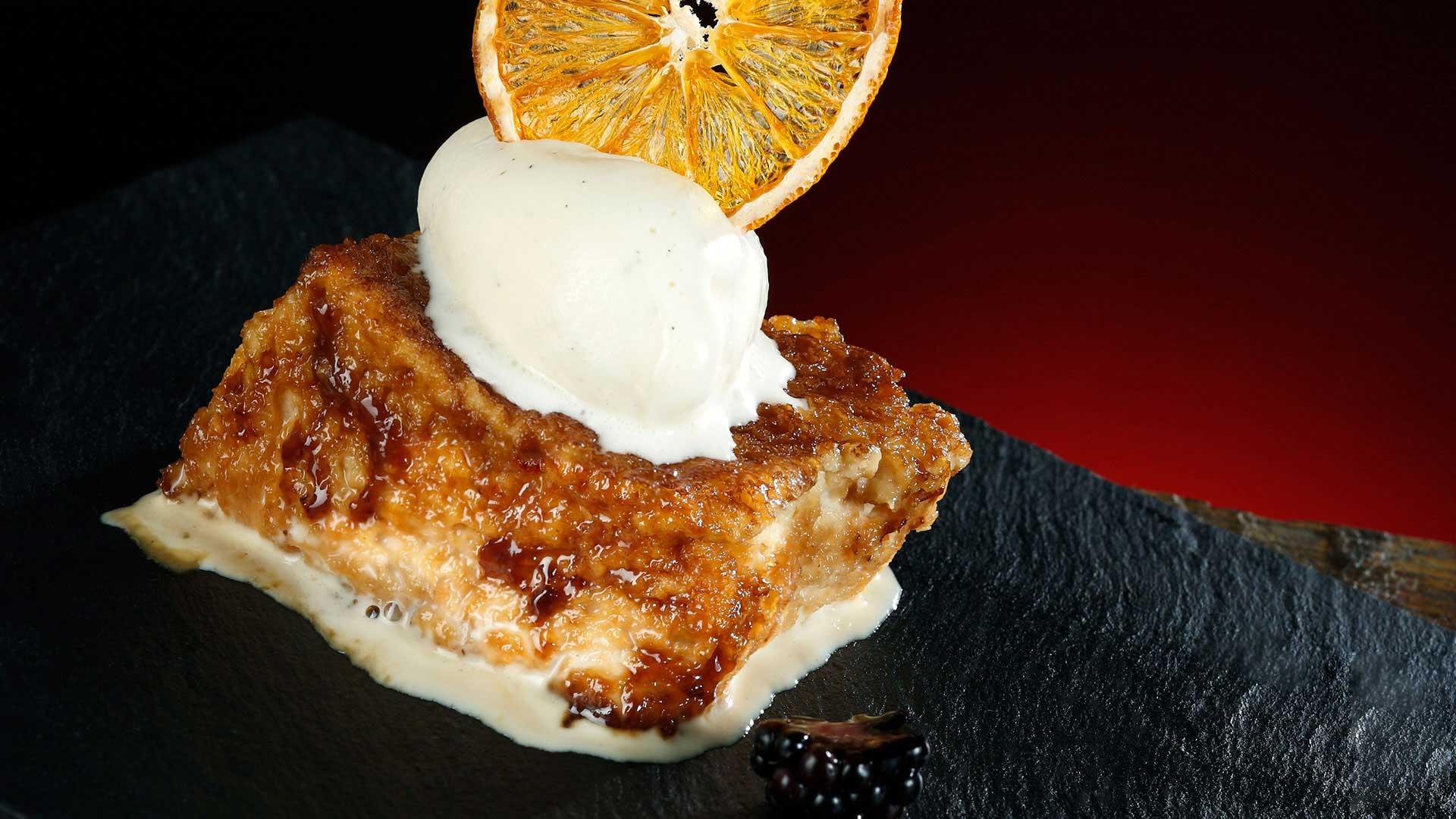 Torrija caramelizada con helado de mandarina